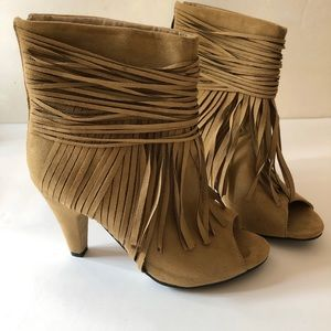 Womens tan faux suede fringe heel/booties. Size 7